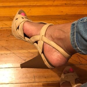Guess Tan and Gold Heel Size 10M